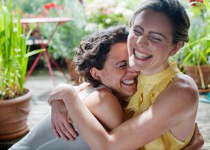 Two Women Hugging on Balconyの写真素材 [FYI03489864]