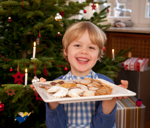 Boy holding plate of homemade biscuitsの写真素材 [FYI03490200]