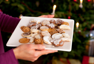 Plate of homemade christmas biscuitsの写真素材 [FYI03490201]