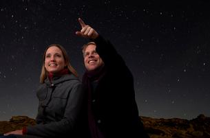 Couple watching the starry night skyの写真素材 [FYI03490206]