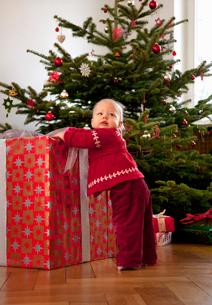 Baby girl with big christmas presentの写真素材 [FYI03490207]