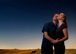 Couple watching the starry night skyの写真素材 [FYI03490208]