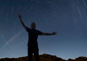 Man watching the starry night skyの写真素材 [FYI03490210]