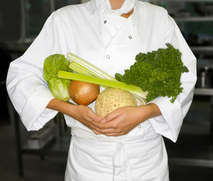 A chef holding some vegetablesの写真素材 [FYI03490350]