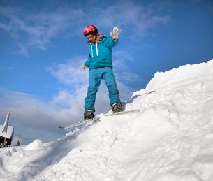 Girl snowboardingの写真素材 [FYI03490729]