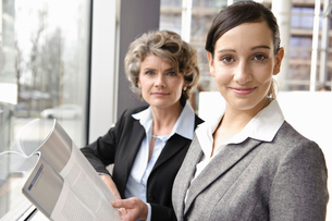 Businesswomen looking at brochureの写真素材 [FYI03490927]