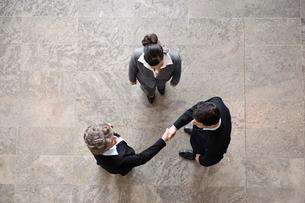 Business people shaking handsの写真素材 [FYI03490931]