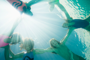 Synchronized swimmers,facing cameraの写真素材 [FYI03491063]
