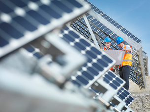Spanish solar power station with workersの写真素材 [FYI03491162]