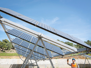 Spanish solar power station with workerの写真素材 [FYI03491207]