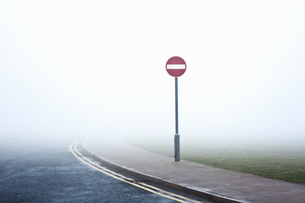 Road with no entry sign in fogの写真素材 [FYI03491327]