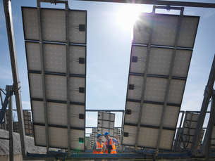 Spanish solar power station with workersの写真素材 [FYI03491394]