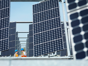 Spanish solar power station with workersの写真素材 [FYI03491397]