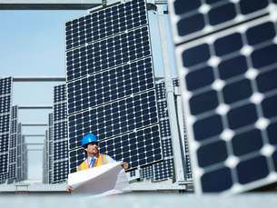 Spanish solar power station with workersの写真素材 [FYI03491398]