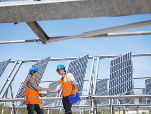 Spanish solar power station with workersの写真素材 [FYI03491399]