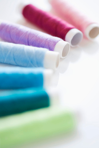 Colorful cotton reelsの写真素材 [FYI03491837]