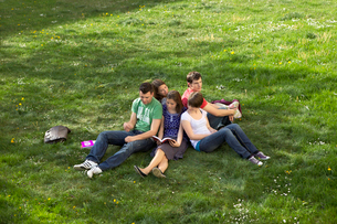 Students studying outdoorsの写真素材 [FYI03492047]