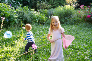 Brother and sister with butterfly netsの写真素材 [FYI03492212]