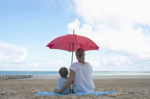 Woman and son under a parasolの写真素材 [FYI03492262]