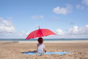 Young boy under a parasolの写真素材 [FYI03492265]