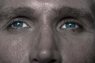 Eyes of a sweating manの写真素材 [FYI03492933]