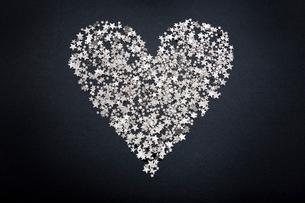Heart shape figure made of small starsの写真素材 [FYI03493021]