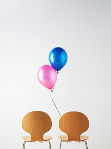 Office Chairs and connected balloonsの写真素材 [FYI03493144]