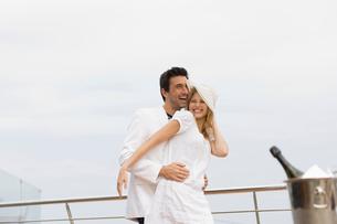 Couple on yachtの写真素材 [FYI03493263]