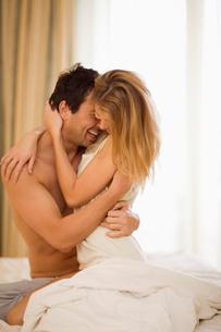 Couple in bedの写真素材 [FYI03493300]