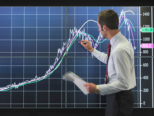 Businessman with graph on screenの写真素材 [FYI03493463]