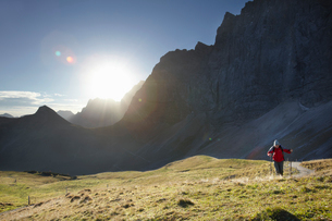 Man enjoying hill walkの写真素材 [FYI03493472]