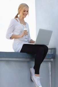 Women with coffee and laptopの写真素材 [FYI03493499]