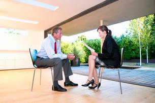Business couple discuss informationの写真素材 [FYI03493534]