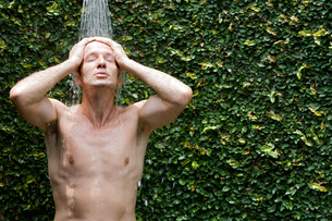 Man taking a shower outsideの写真素材 [FYI03493606]