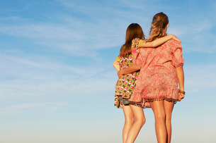 Two girls hugging on the beachの写真素材 [FYI03493634]