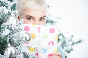 Woman holding a christmas presentの写真素材 [FYI03493766]
