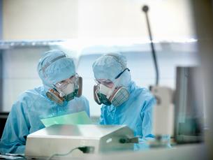 Scientists working in clean roomの写真素材 [FYI03493986]