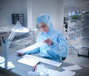 Scientist in clean room with productの写真素材 [FYI03494089]