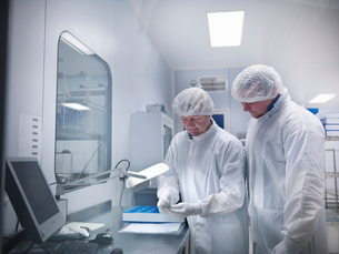 Scientists with product in clean roomの写真素材 [FYI03494099]