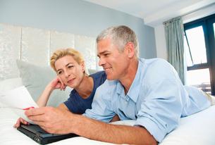 Happy couple look at billsの写真素材 [FYI03494150]