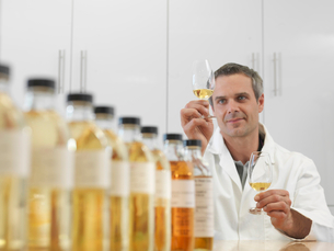 Scientist tasting whisky in plantの写真素材 [FYI03494288]