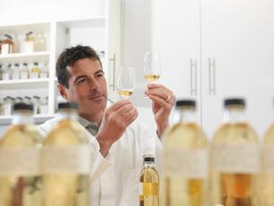 Scientist tasting whisky in plantの写真素材 [FYI03494289]
