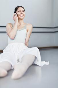 Ballet dancer talking on cell phoneの写真素材 [FYI03494378]