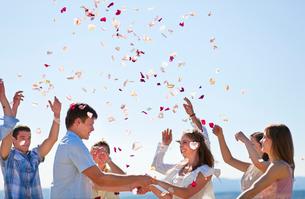 Friends celebrating newlywed coupleの写真素材 [FYI03494420]