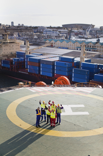 Workers talking on helipad of oil rigの写真素材 [FYI03494649]