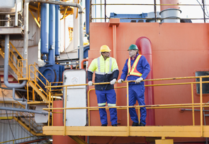 Workers talking on oil rigの写真素材 [FYI03494653]