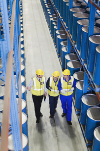 Workers talking in warehouseの写真素材 [FYI03494660]