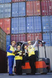 Workers talking in shipping yardの写真素材 [FYI03494733]