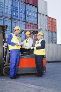 Workers talking in shipping yardの写真素材 [FYI03494734]