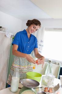 Woman baking in kitchenの写真素材 [FYI03494853]